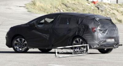 www.secretnewcars.com propose les premiers spy shots de la Citroën DS5.